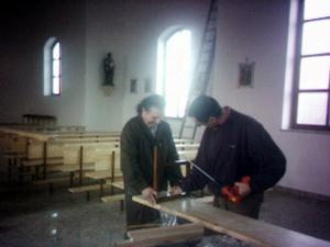 Montaż ławek w kościele